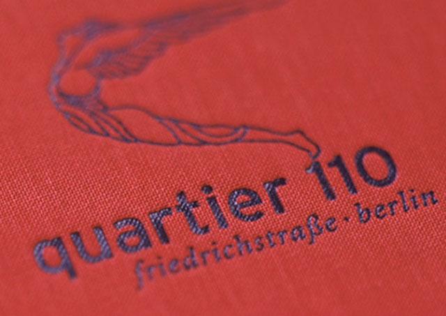 Logo Quartier 110 als Prägung auf einem Leinen-Broschürenumschlag