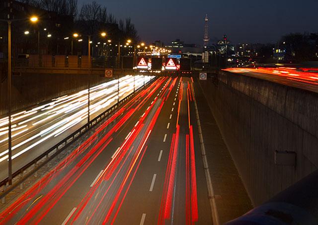 Foto Autobahn mit Lichtspuren in der Dämmerung