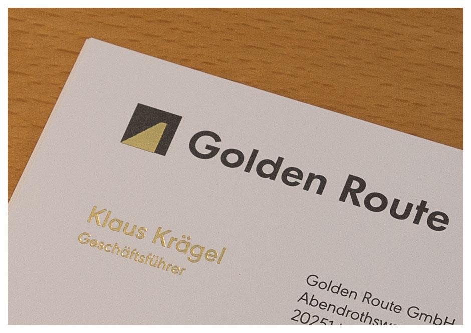 Goldene Heißfolienprägung auf Visitenkarte