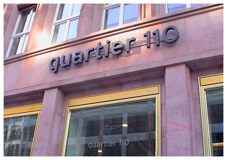 Wegeleitsystem Quartier 110, Logo an Fassade