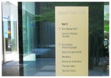 Wegeleitsystem Quartier 110, Schild im Hof