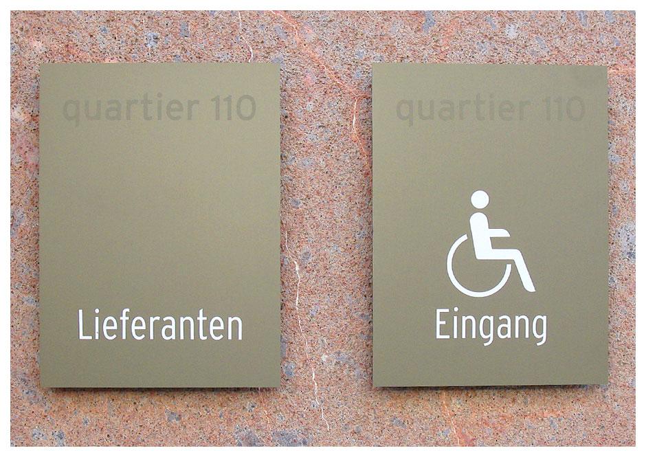 Wegeleitsystem Quartier 110, Schilder an Fassade